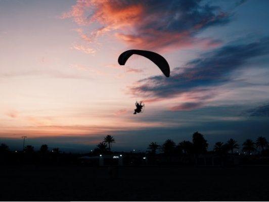 hombre-practicando-paracaidismo-atardecer